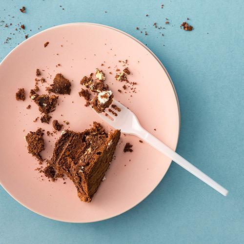 Kuchenreste auf einem Teller